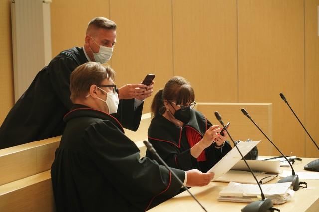 Do Sądu Okręgowego w Poznaniu wpłynęła przesyłka z dwoma telefonami komórkowymi, na których rzekomo mają znajdować się informacje dotyczące okoliczności śmierci Ewy Tylman. Za tajemniczą przesyłką stoi biuro Krzysztofa Rutkowskiego.