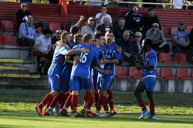 Dziś mija miesiąc odkąd po raz ostatni, i w większości pierwszy, przedstawiciele BS Leśnica 4 liga wybiegli na boiska tej piłkarskiej wiosny. W związku z tym ukazał się też jedyny w tym roku nasz ranking tych rozgrywek. Dlatego tym bardziej postanowiliśmy przypomnieć to co działo się jesienią. Stąd też prezentujemy obszerne zestawienie najciekawszych rzeczy, jakie wydarzyło się w tych rozgrywkach pomiędzy 10 sierpnia a 16 listopada.