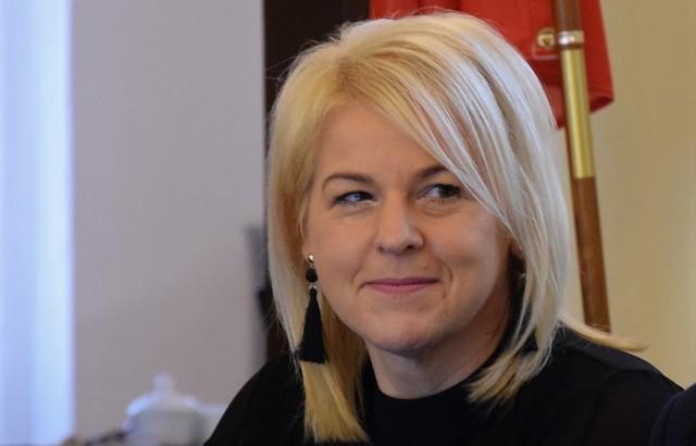 Maria Żukowska wybrana została na wiceprzewodniczącą Rady Miejskiej Inowrocławia. W samorządzie pojawił się też nowy radny, Andrzej Kujawa. W wyniku październikowych wyborów, poselski mandat wywalczyła Magdalena Łośko z Platformy Obywatelskiej. W związku z tym wygasł jej mandat radnej Rady Miejskiej Inowrocławia, w której to Magdalena Łośko pełniła funkcję wiceprzewodniczącej rady. Zgodnie z ordynacją wyborczą, miejsce po Magdalenie Łośko w radzie objęła osoba z kolejnym wysokim wynikiem na liście w wyborach samorządowych 2018, czyli Andrzej Kujawa. Podczas sesji w dniu 25 listopada złożył on ślubowanie i został pełnoprawnym członkiem Rady Miejskiej Inowrocławia. Ponieważ Magdalena Łośko była też wiceprzewodniczącą Rady Miejskie, podczas tej samej sesji odbyły się wybory osoby na tę funkcję. Kandydatem klubu radnych PiS był radny Maciej Basiński. Z kolei koalicja rządząca zaproponowała radną Marię Żukowską. Radny PiS, Marcin Wroński, sugerował, że podobnie jak w Sejmie, Sejmiku Wojewódzkim czy radach dużych miast funkcje wiceprzewodniczących w inowrocławskim samorządzie powinni sprawować przedstawiciele różnych ugrupowań, a nie tylko rządzącej koalicji. - Wszystko po to, by wprowadzić równość, a także poszanowanie dla dobrej praktyki i dla opozycji - zauważył Wroński. Mimo tej sugestii zarządzono tajne wybory. Na Macieja Basińskiego głosowało 6 osób, a na Marię Żukowską 12, stąd też to właśnie ona objęła funkcję wiceprzewodniczącej rady po Magdalenie Łośko. Przy okazji warto zwrócić uwagę, że to nie jedyne zmiany personalne jakie miały miejsce w inowrocławskiej radzie w ostatnich miesiącach. Po wyborach do Europarlamentu mandatu zrzekł się radny Maciej Szota, który został akredytowanym asystentem parlamentarnym Patryka Jakiego. Mandat radnego po Macieju Szocie objął kolejny kandydat z listy PiS - Jan Gaj.