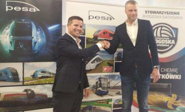 Robert Tafiłowski, wiceprezes PESA Bydgoszcz SA i Wojciech Jurkiewicz, prezes BKS Visła Proline Bydgoszcz cieszą się z podjętej współpracy