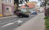 Groźna kolizja na ulicy Żagańskiej w Żarach. Samochód uderzył w lampę i dachował. Sprawcy nic się nie stało