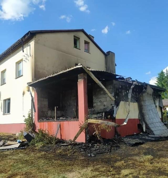 Pożar wybuchł w czterorodzinnym bloku w Rzucowie w gminie Borkowice, a ogień zniszczył tu mieszkanie państwa Gębków.