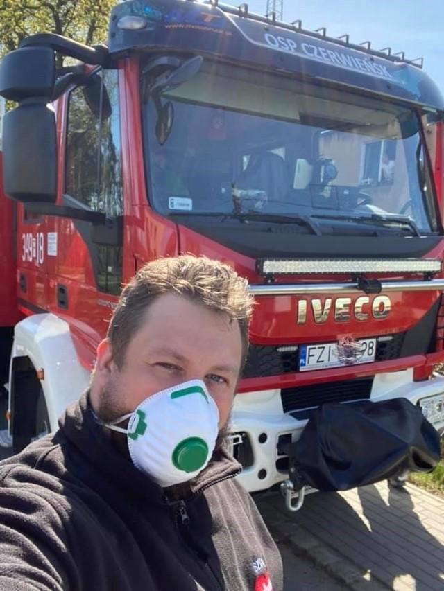 Akcja rozdawania maseczek ochronnych przeciwko koronawirusowi w gminie Czerwieńsk.