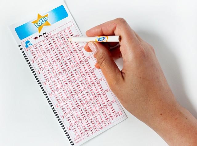 Lotto to najpopularniejsza gra liczbowa w Polsce. Sprawdziliśmy jakie liczby najczęściej były losowane w ostatnich 10 latachAby zobaczyć galerię prosimy przesuwa palcem po ekranie smartfonu lub strzałkami w komputerze>>>
