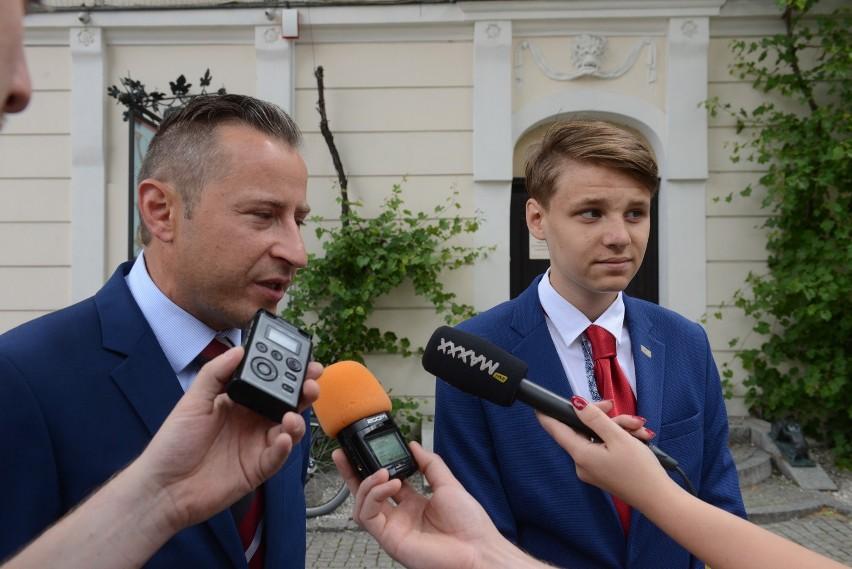 Radny Zbigniew Binek i Mikołaj Kiders z Młodzieżowej Rady Miasta opowiadają o nowym sukcesie Chynowa.
