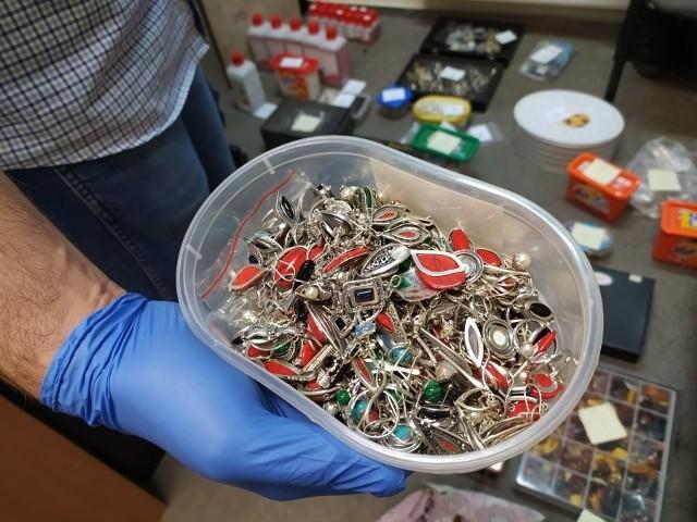 Funkcjonariusze w domu podejrzanego znaleźli skradzione towary, pieniądze w kwocie ponad 10 tysięcy złotych, a także broń i amunicję