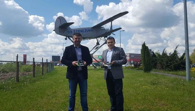 Dr inż. Roman Kielec – Prezes PNT UZ (z lewej) oraz dr inż. Janusz Jabłoński, po serii rozmów w Mielcu. Obaj panowie prezentują prototyp urządzenia szyfrującego.