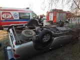 Wypadek w Kątach koło Słupcy. Mitsubishi dachowało. Kierowca w szpitalu [ZDJĘCIA]