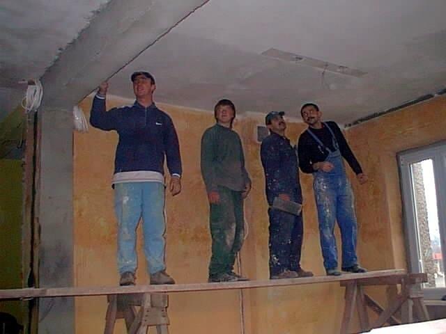 Marek Wyrwa, Mariusz Pypa, Stefan Żwaka i Krzysztof Kurzaj tynkują pomieszczenie przyszłego centrum.