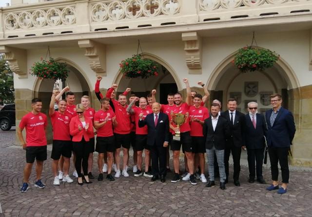 Pamiątkowe zdjęcie piłkarzy i trenerów Akplan Resovii z prezydentem Tadeuszem Ferencem.