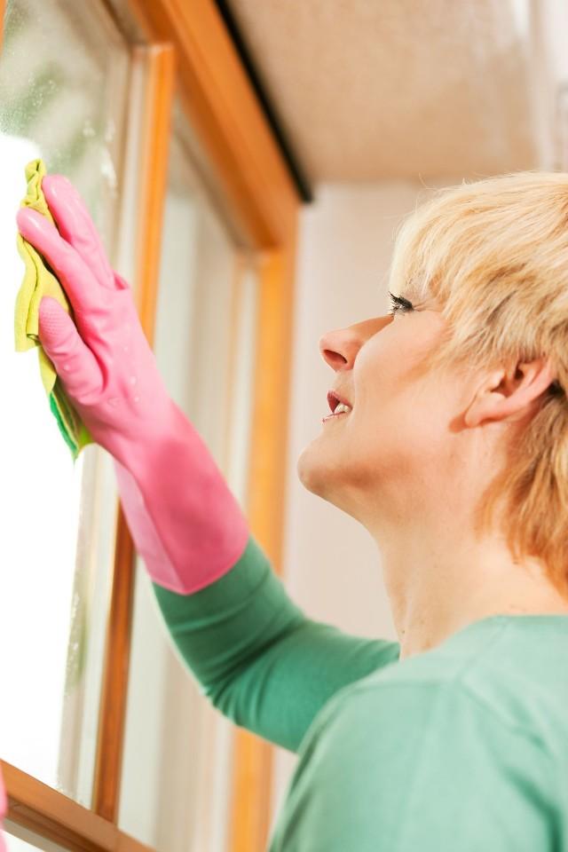 Mycie oknaWiosenne porządki są doskonałą okazją do konserwacji ram okiennych.