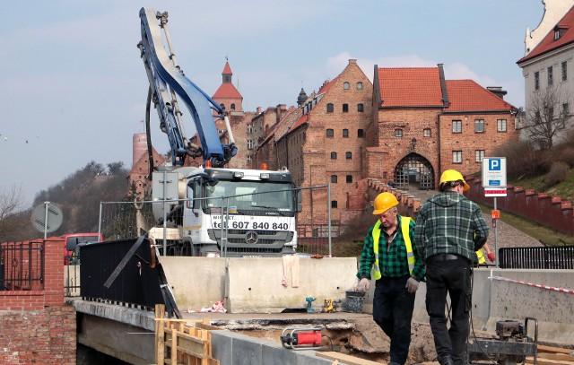 W piątek rozpoczęto betonowanie umocnień skarpy przy mostku nad kanałem Trynka w Grudziądzu.