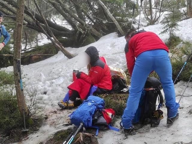 Turystka schodząc z Przełęczy Krowiarki doznała urazu stawu skokowego i była lekko wychłodzona.
