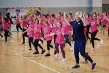 Cztery wielkie mistrzynie sportu na specjalnej lekcji wychowania fizycznego z uczennicami