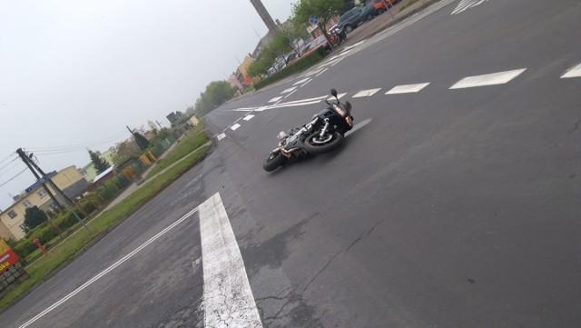 Kierowca motocykla doznał niegroźnych obrażeń.