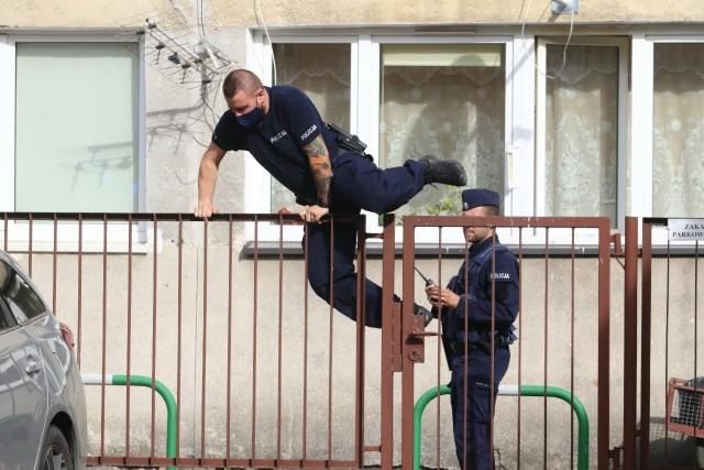Policjanci otrzymali informację, że w jednym z mieszkań zamknęła się kobieta. Miała ona grozić, że wyskoczy przez okno