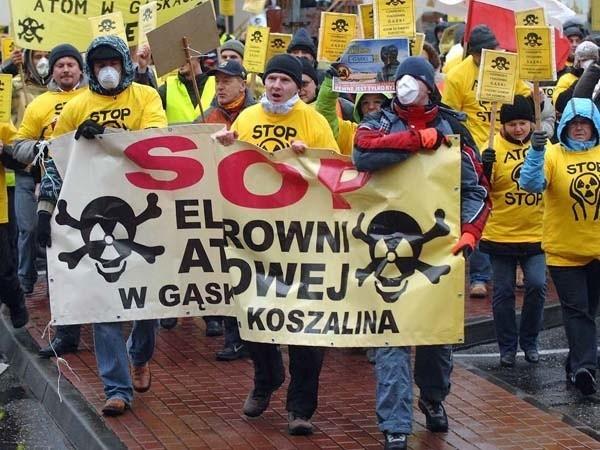 - Precz z atomem - powtarzali na całe gardło jak mantrę protestujący w Mielnie.