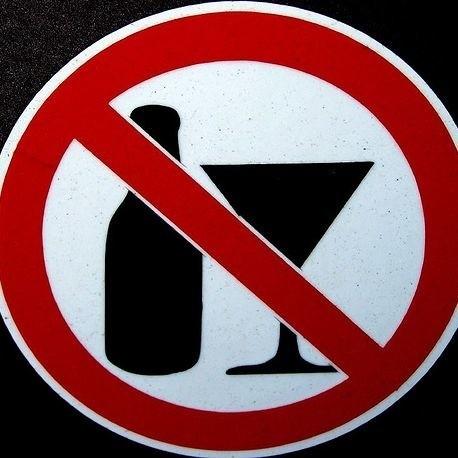 Lekarz z dużym doświadczeniem zawodowym nie przejął się ostrzeżeniami dyrektora szpitala, że picie alkoholu w pracy skończy się dyscyplinarką. Wczoraj lekarz stracił pracę
