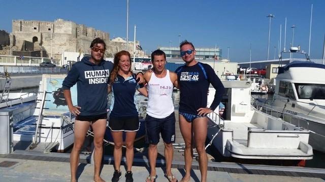 Uczestnicy grupowego maratonu na Cieśninie Gibraltarskiej. Od lewej: Adrian Roszak, Hiszpanka Ana, Grzegorz Monczak i nasz rozmówca, Tadeusz Gołembiewski
