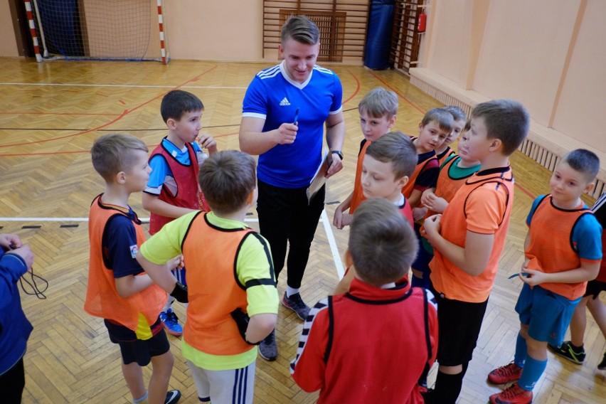 Drużyna Orlików LUKS Czarni Czarna Białostocka. Trener Tomasz Kosicki.