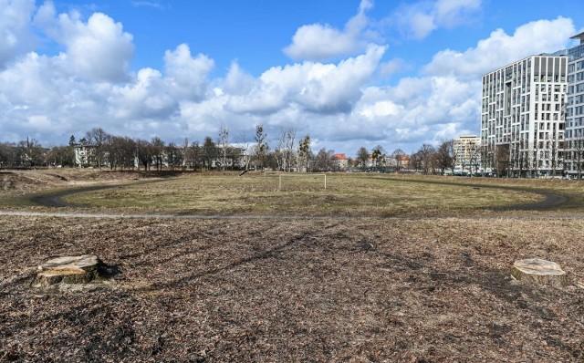 Na terenach znajdujących się przy ul. Wita Stwosza powstanie kompleks sportowy Uniwersytetu Gdańskiego. Zdjęcia przedstawiają stan z 15 marca 2021 roku