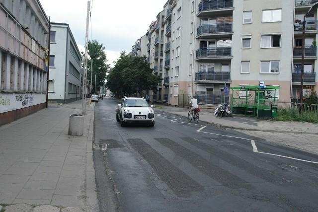 Jak zwrócił uwagę pan Jerzy, mieszkaniec osiedla wildeckiego, usunięcie przejścia dla pieszych stanowi realne zagrożenie dla bezpieczeństwa pieszych i kierowców.- Ludzie przyzwyczajeni do starego przejścia wciąż pokonują ulicę w tym miejscu, aby dostać się na przystanek ZNTK. Do następnego jest za daleko. Za miesiąc zaczyna się rok szkolny, więc zwiększy się ruch pieszych i obawiam się, że też dzieci będą przebiegać przez ulicę tutaj - informuje i pyta, dlaczego zlikwidowano przejście przy ul. Roboczej.