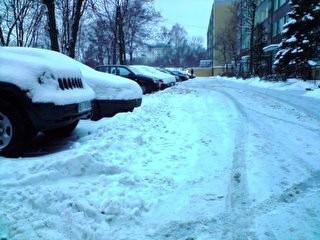 Podczas spychania śniegu pług zasypuje on wjazd do pobliskiego parkingu. Samochody mieszkańców zostają uwięzione przez wał śniegu, który po nocnych mrozach jest nie do rozbicia.