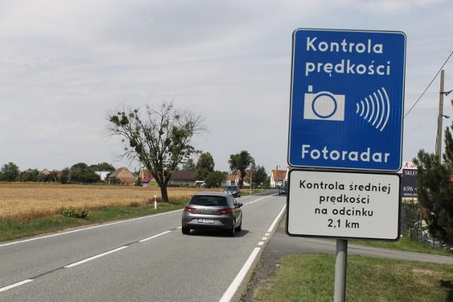 Odcinkowy pomiar prędkości działa już w ponad 20 miejscach w Polsce. Gdzie dokonywane są odcinkowe pomiary prędkości?Aby przejść do kolejnego zdjęcia przesuń stronę gestem lub kliknij strzałkę w prawo na zdjęciu.Odcinkowy pomiar prędkości skuteczniejszy od fotoradarów(źródło: TVN24/x-news)