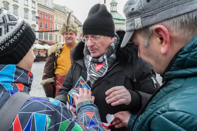 Satyryk Marcin Daniec zebrał do swojej puszki pokaźną sumę, każdemu wspierającemu WOŚP opowiadał w nagrodę kawał