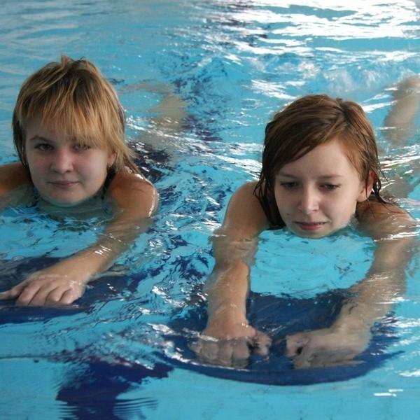 Dzieci chętnie przychodzą na pływalnię w ramach lekcji wuefu. Na zdjęciu Oliwia i Ewelina.