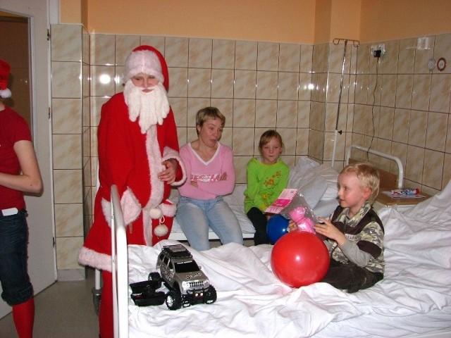 Mikolaj odwiedzil dzieci w ostrowskim szpitalu