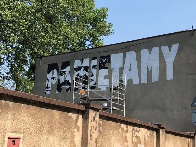 """Mural """"Pamiętamy"""", poświęcony pamięci 9. górników zabitych w trakcie pacyfikacji kopalni Wujek. Powstał na ścianie budynku, w którym znajduje się Izba Pamięci kopalni Wujek"""