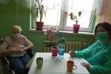 Wróciły odwiedziny w Zabrzańskim Centrum Opieki Długoterminowej. Pacjenci zobaczyli swoich bliskich po 14 miesiącach rozłąki