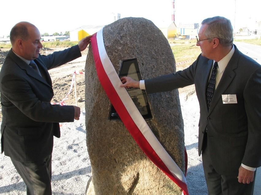 Ryszard Jania (z lewej) prezes Pilkington Automotive Polska i Craig Naylor, prezydent dyrektor generalny Grupy NSG odsłaniają kamień węgielny pod budowę nowej fabryki w Chmielowie. Fot. Klaudia Tajs