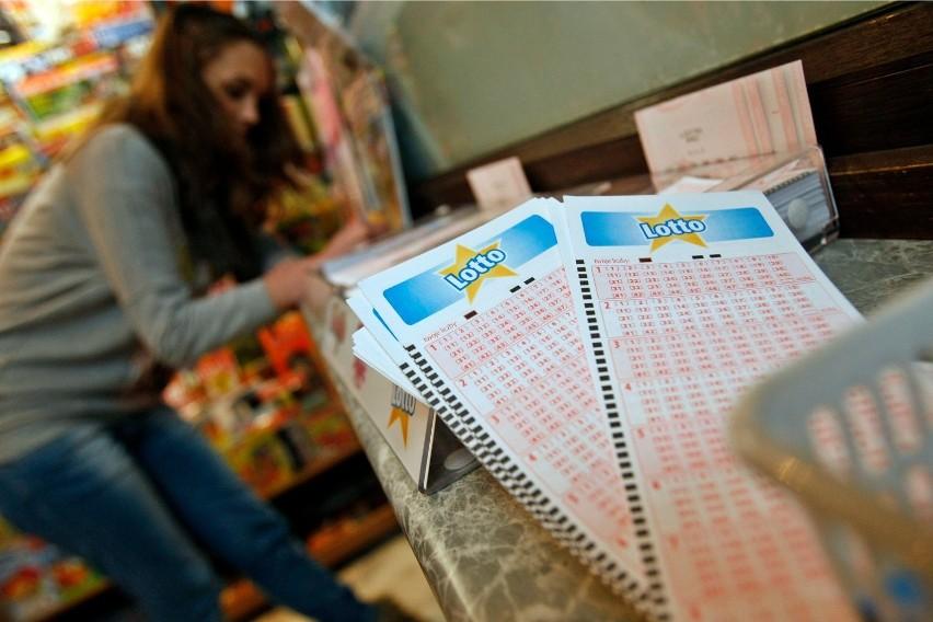 Losowania Lotto i Lotto Plus odbywają się we wtorki,...