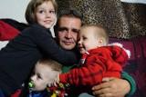 Wojciech Kabza z Łodzi, samotny ojciec 6 dzieci, zostaje z dziećmi. Rodzina ma nowe mieszkanie
