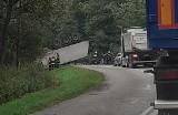 Wypadek w miejscowości Mołodycz. Ciężarówka leży na dachu na drodze