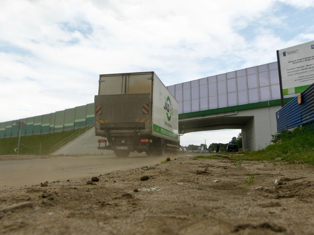 Pod nowym wiaduktem króluje błoto, a zamiast po chodniku piesi chodzą po rozjeżdżonej przez samochody ziemi.