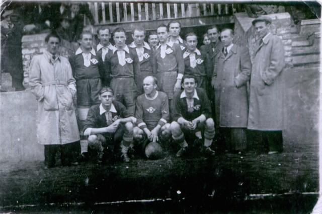 """Kolejarz Kluczborek został założony w 1945 roku. W dolnym rzędzie pierwszy z prawej słynny Edward """"Dziunek"""" Swoboda."""