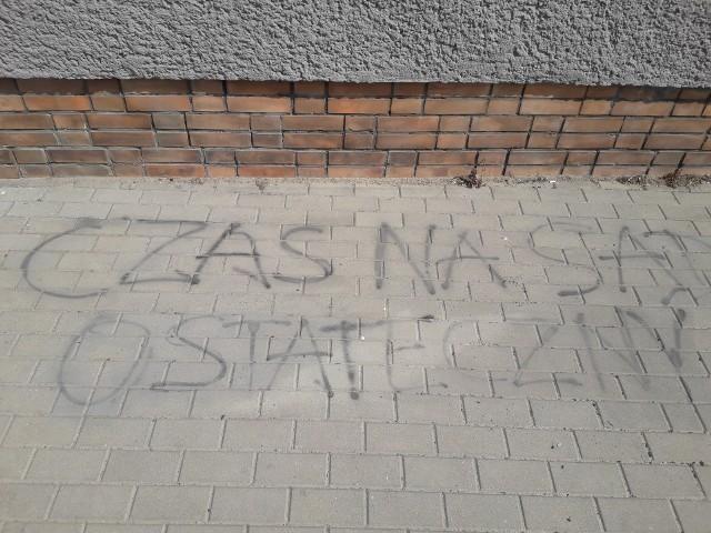 """Napisy """"Czas na sąd ostateczny"""" na chodniku oraz """"PZPR"""" na drzwiach do budynku przy ul. Matejki w Wąbrzeźnie pojawiły się w nocy z 20 na 21 lipca"""