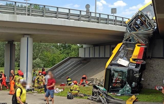 Wypadek autobusu w Warszawie. Spadł z wiaduktuZobacz kolejne zdjęcia. Przesuwaj zdjęcia w prawo - naciśnij strzałkę lub przycisk NASTĘPNE