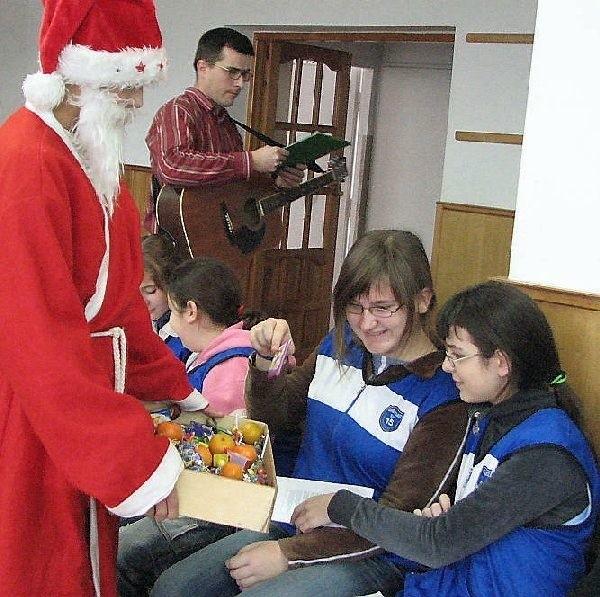 Na koniec imprezy każde dziecko otrzymało  słodki podarunek od Mikołaja.