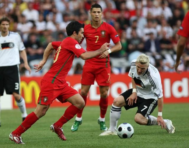 Mecz portugalia - niemcy 2:3. nz. bastian schweinsteiger (z prawej) walczy z deco. w g�bi cristiano ronaldo.