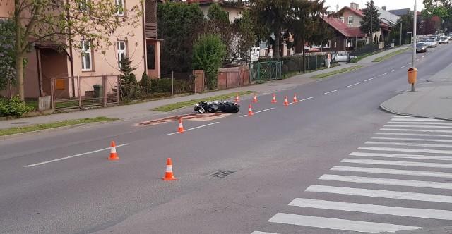 Policjanci wstępnie ustalili, że kierujący fordem nie ustąpił pierwszeństwa przejazdu i doprowadził do zderzenia z motocyklistą, który następnie uderzył w samochód jadący z naprzeciwka.