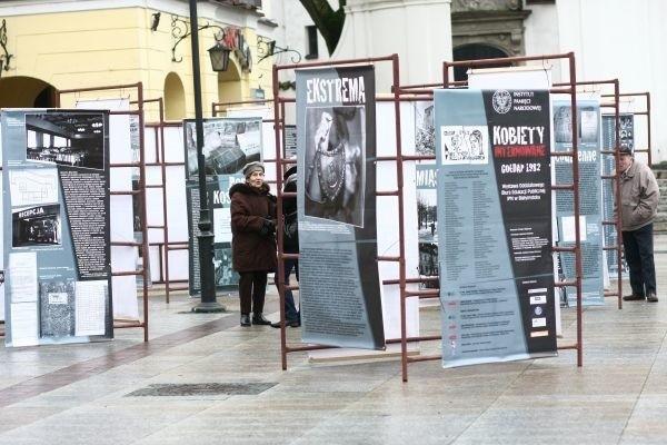 """Już od dzisiaj białostoczanie mogą ponownie obejrzeć wystawę """"Kobiety internowane. Gołdap 1982"""". Ekspozycję ustawiono na Rynku Kościuszki. – Oglądając te zdjęcia, wspominam kolegów – powiedziała pani Danuta."""