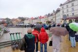 """Akcja """"Zaszczep się w majówkę"""" w Lublinie. Długa kolejka przed mobilnym punktem szczepień na placu Zamkowym. Zobacz zdjęcia"""