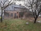 Stara szkoła w Nowych Grodzkich na sprzedaż w okazyjnej cenie. Póki co z budynku korzystają antyterroryści (ZDJĘCIA)