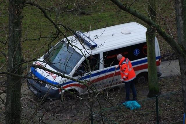 Ambulans zatrzymany przez błoto