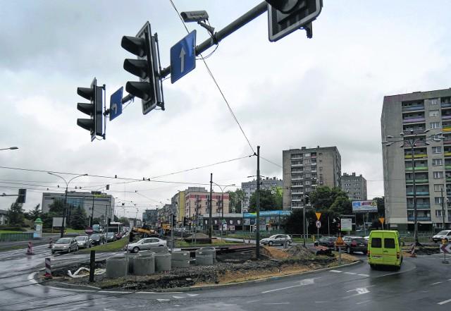 Utrudnienia występują również na jednym z najruchliwszych skrzyżowań w mieście - ul. Piłsudskiego, 3 Maja i Dęblińskiej