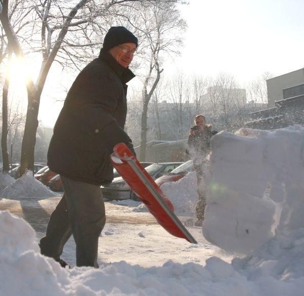 Dojeżdżam do pracy, więc zima daje mi się nieźle we znaki - mówi Eugeniusz Karpowicz. - Muszę być już o szóstej, żeby poodśnieżać, zanim ludzie wyjdą na ulice. Ale jakoś sobie radzę.